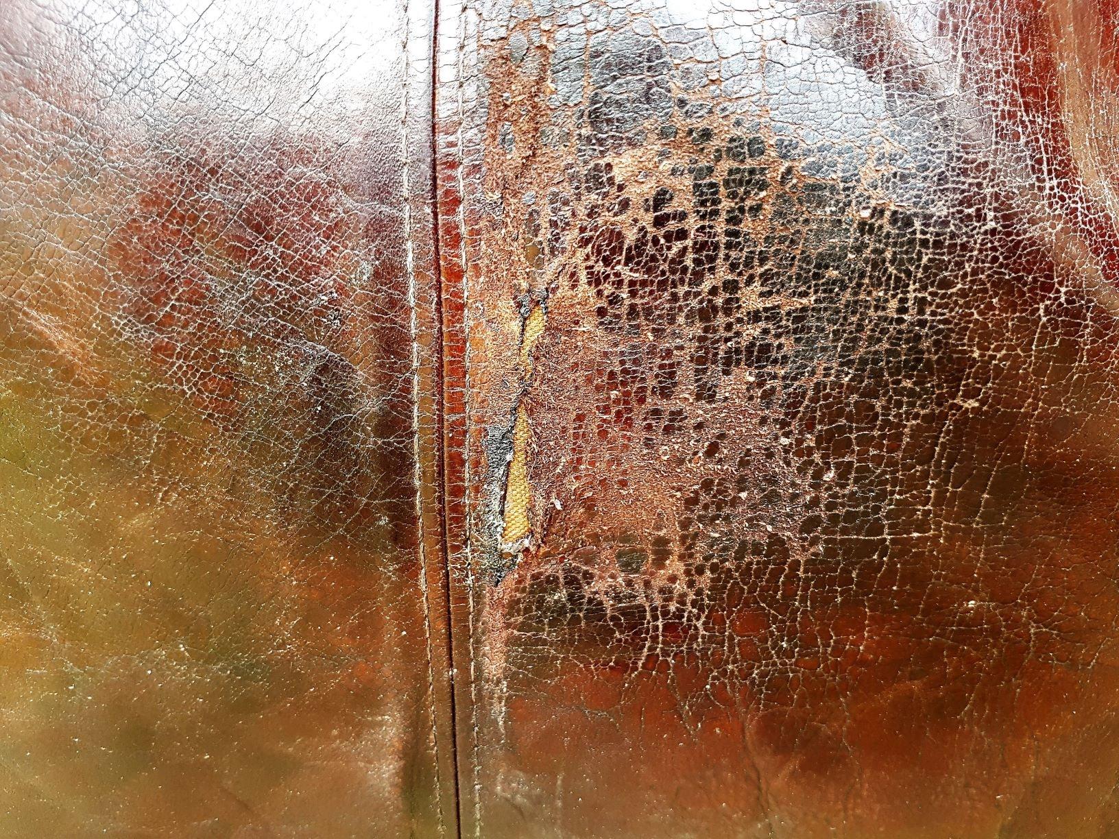 Tekstillappen er limet bag på læderhynden
