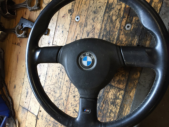 BMW læder rat, som trænger til reparation