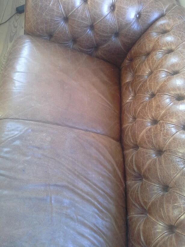 Udtørret Chesterfield lædersofa og meget falmede sorte læderstole