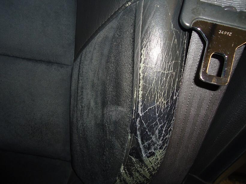 Behandling af slidt læder bilsæde med renoveringscreme og læderdækfarve