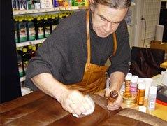 Slidt læder renoveres med læderfarve