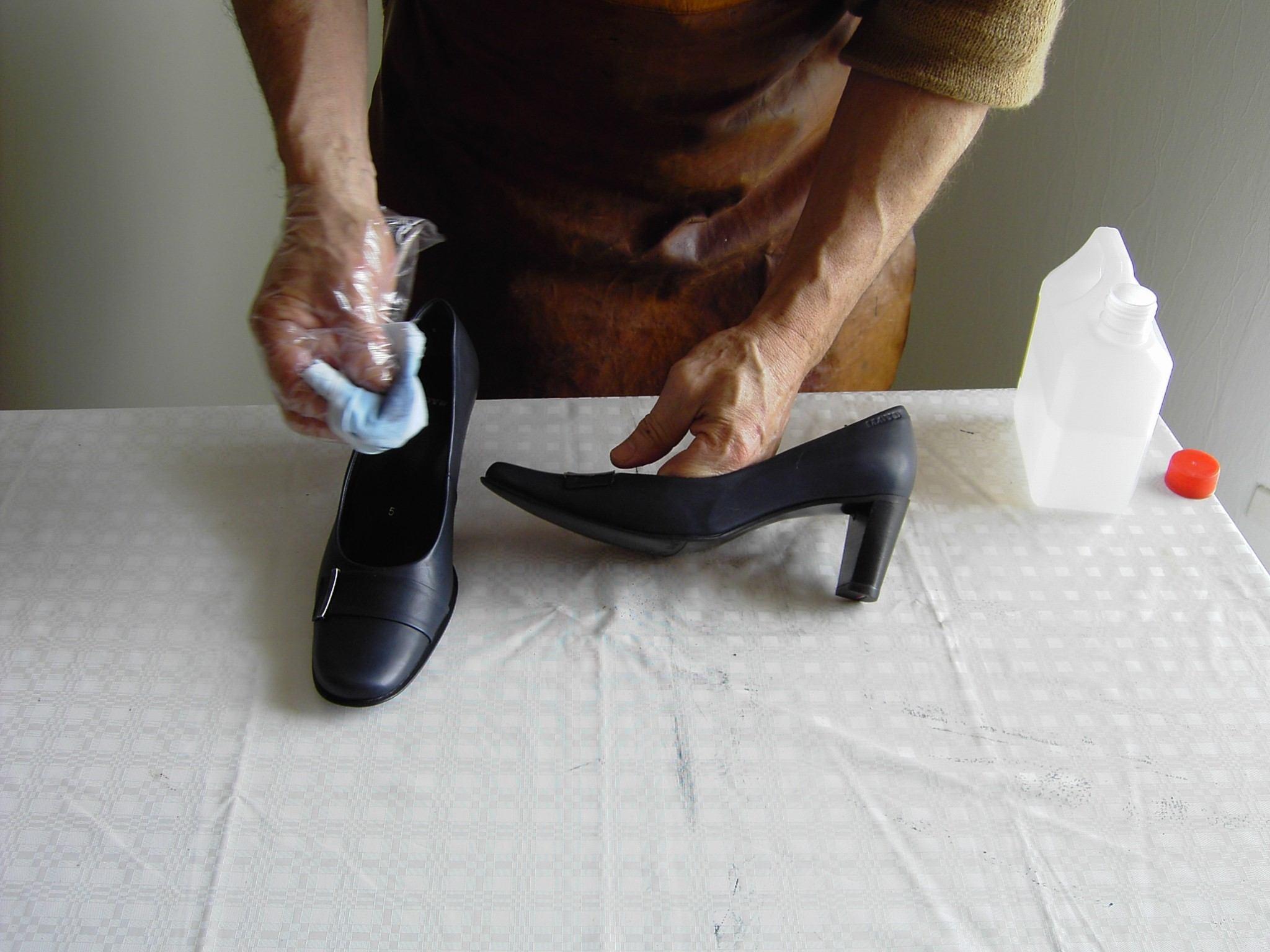 Læderskoen renses først med Gold  Quality Stærk læder rens. Lad det  tørre et par timer.