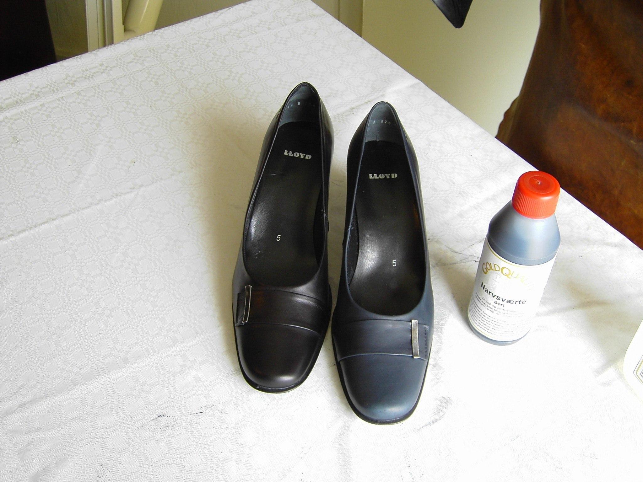 Den ene blå lædersko er nu indfarvet  sort. Herefter anvendes Cathiel Satin  Gloss for at undgå afsmitning.  Til sidst smøres skoen med Gold Quality  Læderfedt.