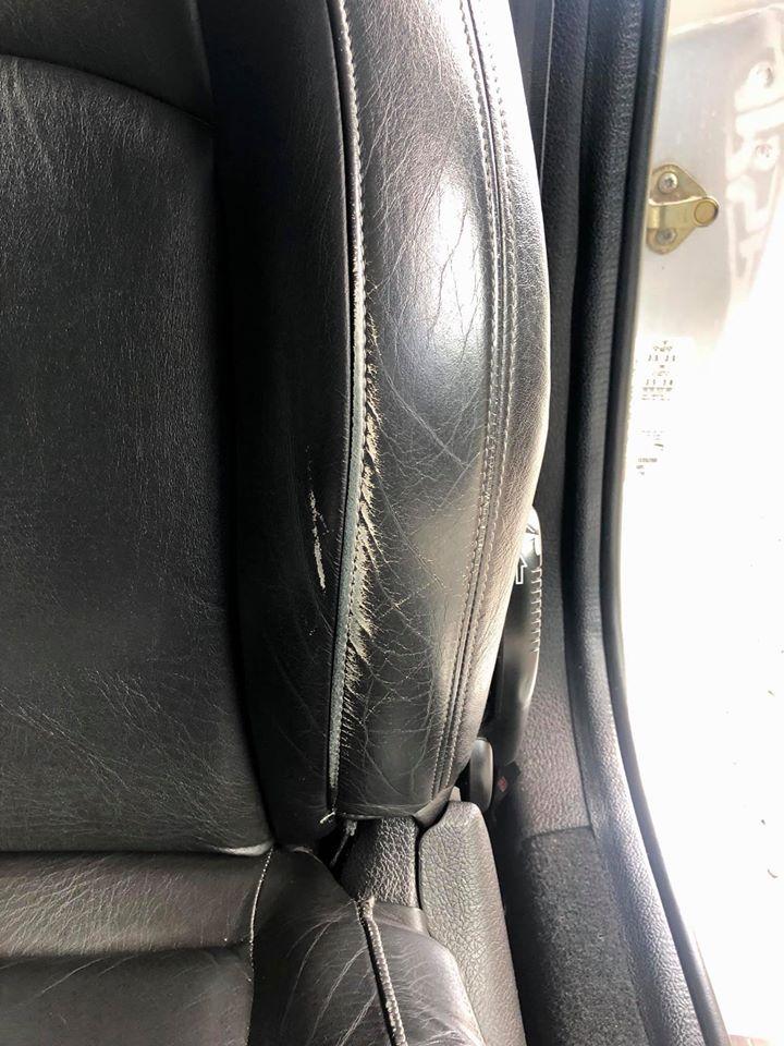 Slidt sort læder bilsæde i bil kabine før genfarvning