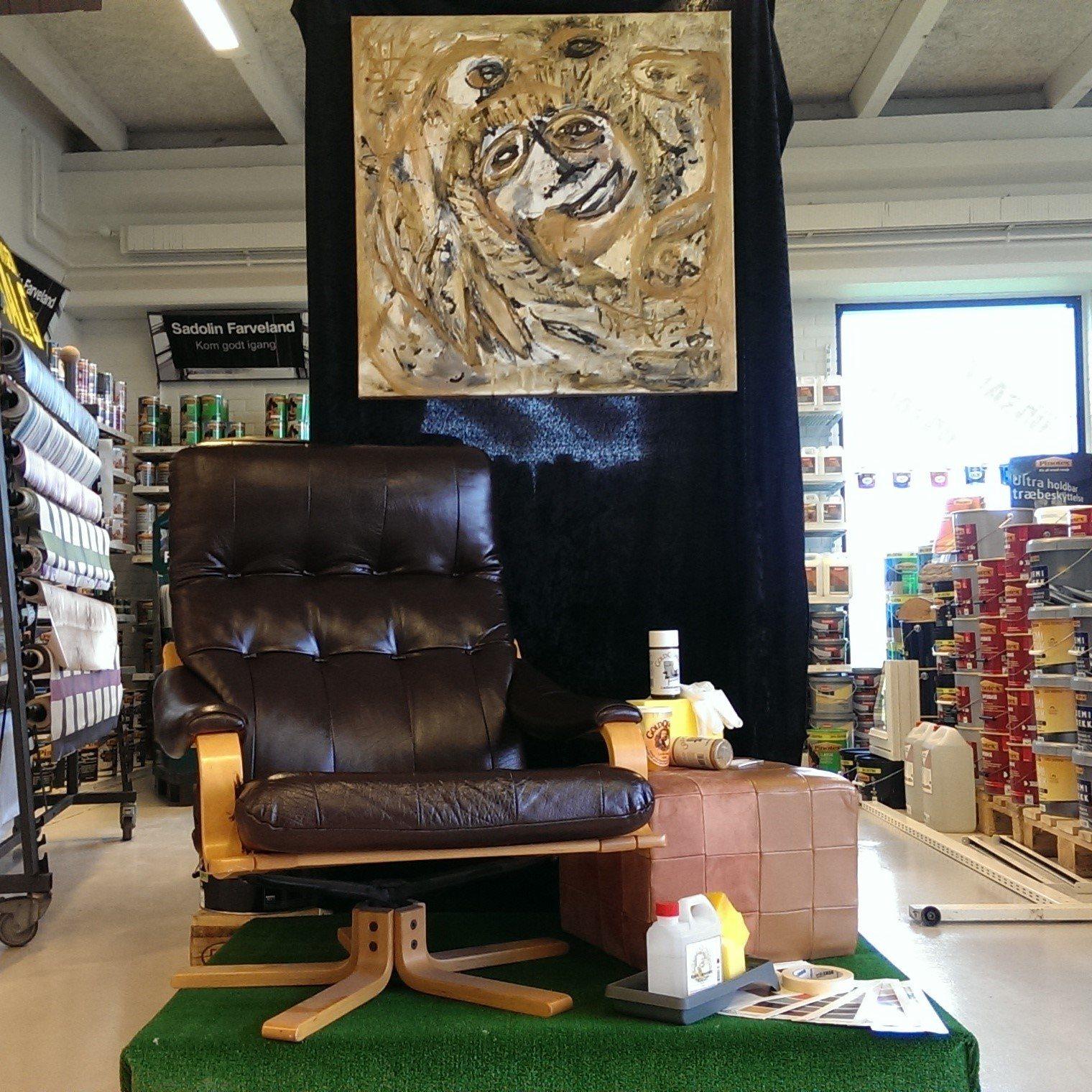 Omfarvet læderstol udstilling