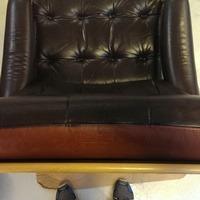 Omfarvet læderstol